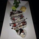 Uramaki special fuori menu con gambero crudo,philadelphia,fragole e riduzione di aceto balsamico