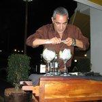 Juan preparando Gintonics