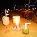 Cocktail sulla spiaggia a lume di candela