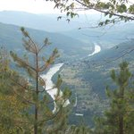 Каньен Дрины, посёлок Перучац и Villa Drina. Вид c серпантина автодороги.