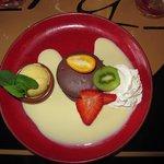 Macaron coeur fondant chocolat, créme anglaise, glace vanille, chantilly et fruits frais