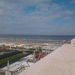 Una bella vista del mare con un bel terrazzo