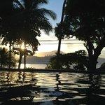 O por do sol é de frente para o hotel na praia do Viana.