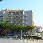 L'hotel visto dalla passeggiata lungomare