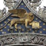 O leão alado, símbolo de Veneza. Fica abaixo da estátua de São Marco.
