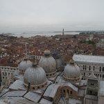 Basílica di San Marco e suas cúpulas vistas do terraço panorâmico do Campanário.