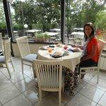Café da manhã muito bom, servido num ambiente delicioso!
