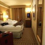 Quarto hotel ainda desarumado