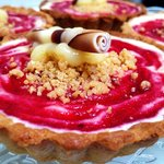 Raspberry and lemon chesscake with almond praline