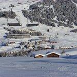 Hotel (in der Mitte des Fotos) vom gegenüberliegenden Skihang