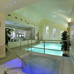 Heated indoor swimming pool & jacuzzi