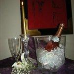 Autour d'une coupe de Champagne Rosé local