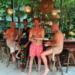 les hommes au bar