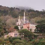 Vistas del palacio da Regaleira desde el jardín de la casa
