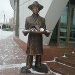 Скульптура у входа в отель