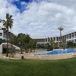 Panorámica del hotel desde la piscina