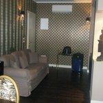 Salotto con tv e tavolo suite gold