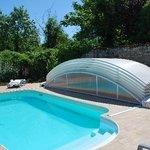 La piscine et son abri