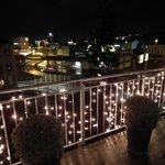 UItzicht op de stad met kerst inclusief verlicht terras
