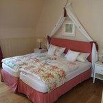 Gemütliches Bett im Schmetterlingszimmer