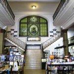 A livraria com escada de acesso ao fundo.