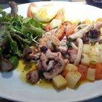 Salade de poulpe tiède elle est bonne mais la meilleure c chez légende à sousse tunisie