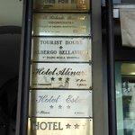 Indicação do hotel na fachada do prédio.