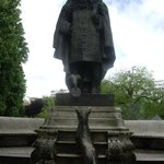 Скульптура в Jardins du Ranelagh по дороге к музею от метро.