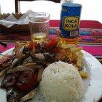 O delicioso lomo salteado e inka cola especialidade local.