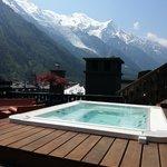 Le jacuzzi sur le toit, face au Mont-Blanc