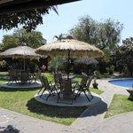 La piscine et les tables à côté pour se reposer en rentrant des visites.