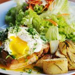 Eggs Benedict with roquefort sauce. Huevos Benedictos con salsa roquefort