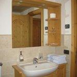 comodo bagno in legno con doccia
