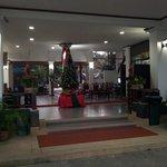 Hotellreception med julgran