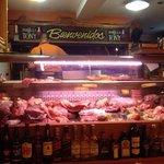 As carnes ficam armazenadas a vista de todos, e o churrasqueiro vai pegando na hora para fazer!