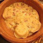 """Surrentinos, um macarrão recheado com presunto e queijo, com molho especial """"a La Tony"""", sensaci"""