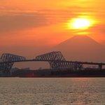 舞浜から見たゲートブリッジと富士山