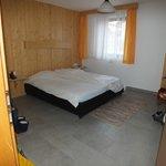 Slaapkamer met wastafel