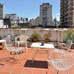 La terraza donde podrás tomar sol, una cerveza o hacer lo que quieras