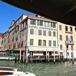 L'hotel Continental visto dal Canal Grande