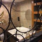Huge jacuzzi bathtub, best part of Renoir