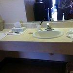 Area de lavamanos fuera del ambiente de baño con amplio meson