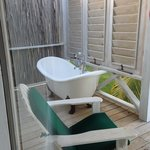 Awesome Tub on porch - WD cottage
