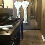 La salle de bain ouverte sur la chambre