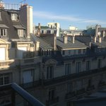 vue sur les toits de paris depuis la chambre