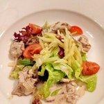 """Салат из куриной печенки,стебля сельдерея и яблок.Остерия """"Тоскана""""."""