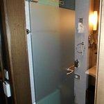 Bad - hinter der Glastüre befindet sich das WC