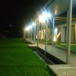 Vista nocturna del área de habitaciones