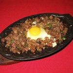 El Suenoオリジナル「オクスタンシシグ」(牛タンのシシグ)はガーリックライスと一緒に食べてみてください。