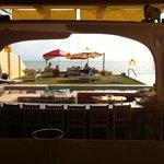 Blick vom Restaurant auf Pool und Meer
